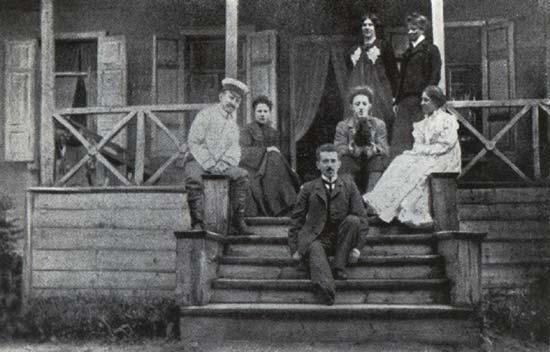 На веранде в Шахматова. Стоят (слева направо): Л.Д. Блок, А.А ...